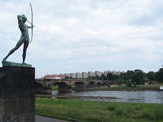 Der Bogenschütze von Ernst Moritz Geyger (1902) an der Albertbrücke in Dresden
