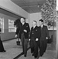 Drie lachende mannen in gelegenheidskleding, lopend, Bestanddeelnr 255-8544.jpg
