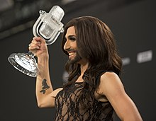 Photo de Conchita Wurst avec son trophée.