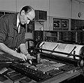 Een medewerker maakt het zetwerk klaar voor de drukpers, Bestanddeelnr 254-5249.jpg