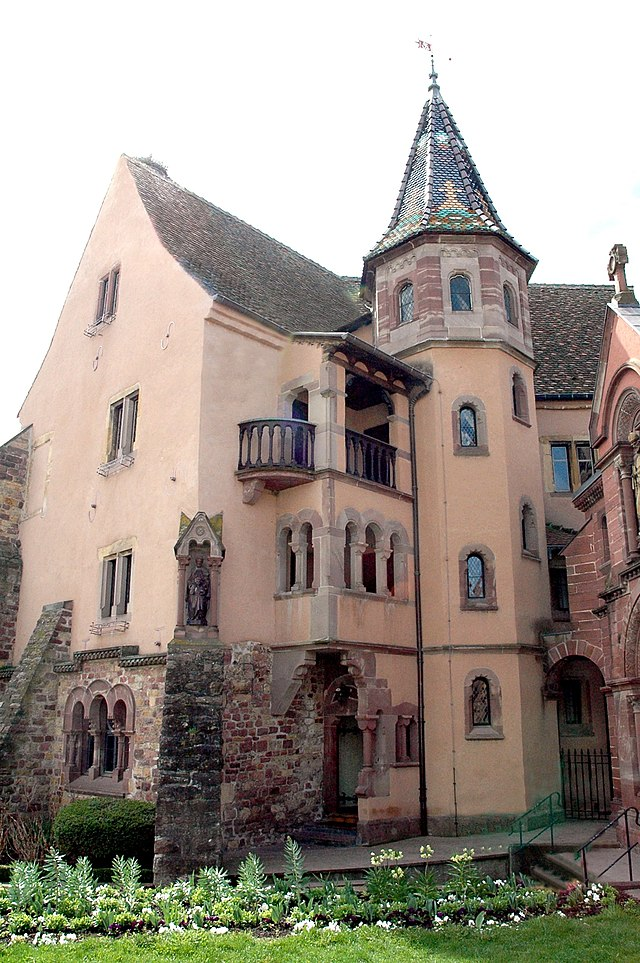 http://upload.wikimedia.org/wikipedia/commons/thumb/c/c8/Eguisheim%2C_ch%C3%A2teau.jpg/640px-Eguisheim%2C_ch%C3%A2teau.jpg