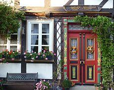 Einbeck - Fachwerkhaus-Türe mit Blumenfenster.JPG