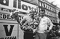 Eindwinnaar Cees Priem met ploegleider Piet Liebregts (r), Bestanddeelnr 924-5495.jpg