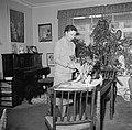 Ella Hedtoft schikt tulpen in een vaas in de woonkamer, Bestanddeelnr 252-8979.jpg