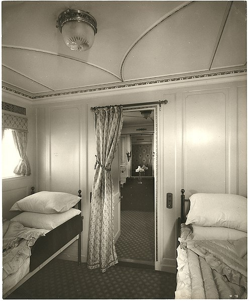 File:En suite room, view of the bedroom (9008463775).jpg
