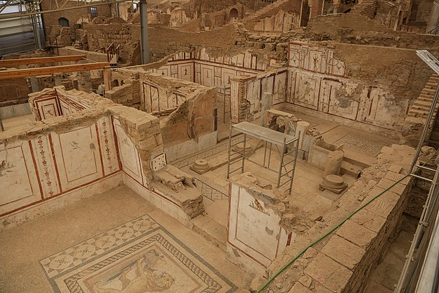 https://upload.wikimedia.org/wikipedia/commons/thumb/c/c8/Ephesus_Terrace_Houses.jpg/640px-Ephesus_Terrace_Houses.jpg