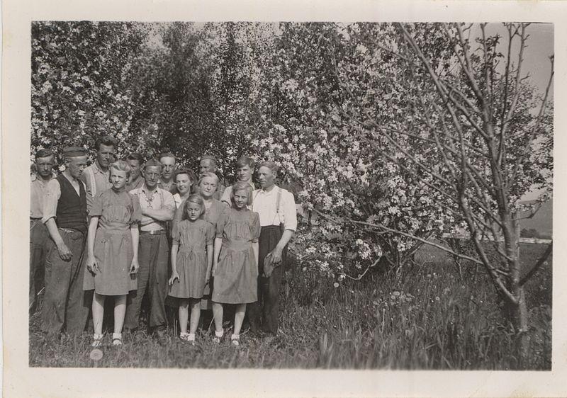 File:Falstadfanger på Gevik, Ekne (1944) - Falstad prisoners at Gevik, Ekne (1944) (5319315067).jpg