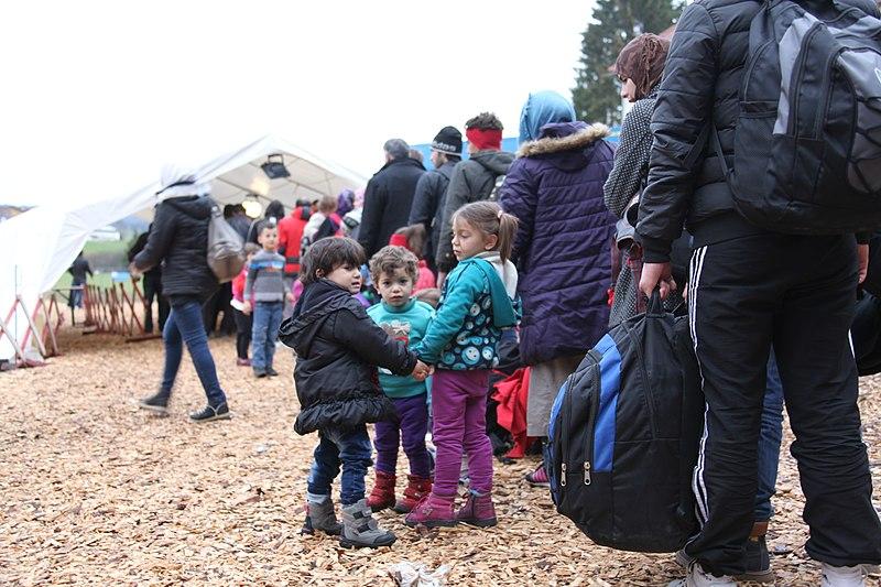 File:Flüchtlinge - Immigranten beim Grenzübergang Wegscheid (22493820144).jpg
