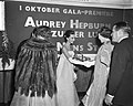 Gala-premier The Unit Story City Amsterdam met koningin Juliana , v.l.n.r. Mell , Bestanddeelnr 910-7169.jpg