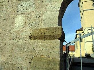 Gebsattel - Image: Gebsattel Kammertor im Osten des Kirchhofs romanisches Portal Südkämpfer von der Ortsseite mit Jahreszahl 1569 (Renovierung) 26032012