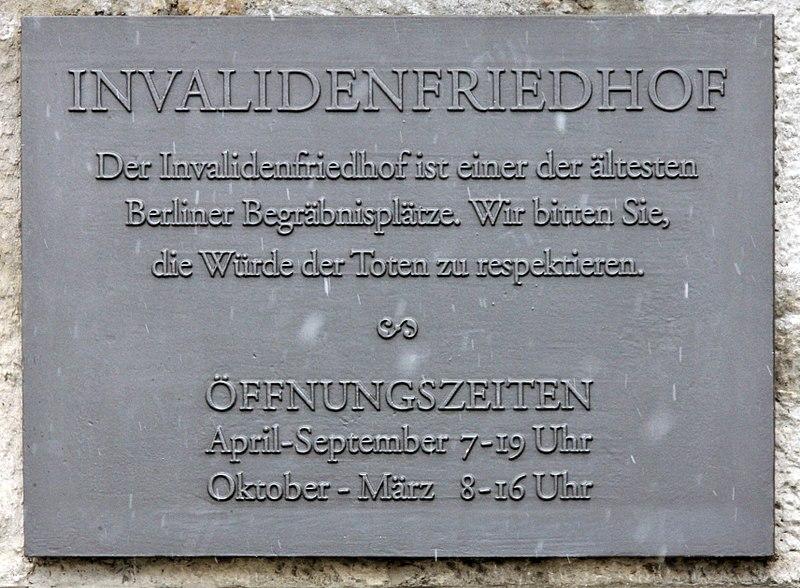 File:Gedenktafel Scharnhorststr 33 (Mitte) Invalidenfriedhof.jpg
