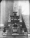 foto van Pand met trapgeveltje in haarlemse trant, rijke natuurstenen versieringen
