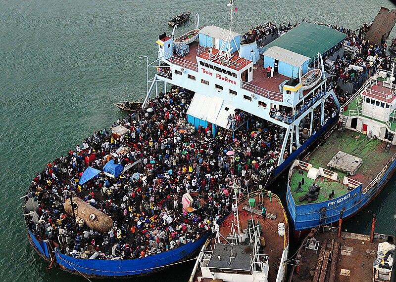 Kapal-kapal yang berfungsi sebagai rumah sakit darurat bersandar di sepanjang pantai Haiti