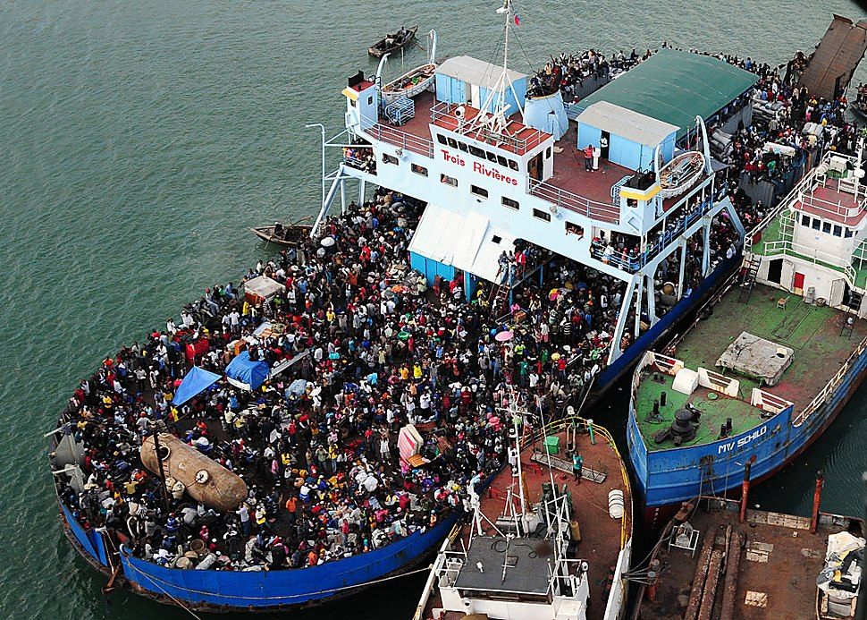 Haitians fill ferry in Port-au-Prince 2010-01-16