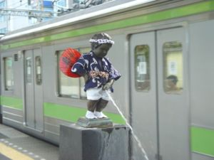 Hamamatsuchō Station - A Japanese variant of Manneken Pis on the station platform