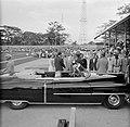 Het koninklijk gezelschap is per auto aangekomen bij het stadion in Paramaribo, Bestanddeelnr 252-4742.jpg