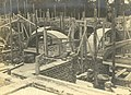 Houten boogconstructies voor het metselen van gewelven in het in aanbouw zijnde 3e Administratiegebouw.jpg