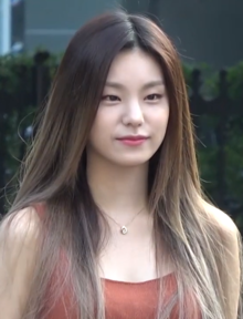 Hwang Ye-ji going to a Music Bank recording on August 8, 2019 (2).png