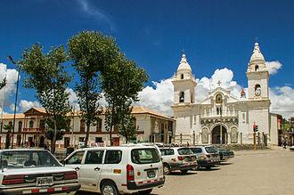 Jauja - Vista de la esquina del Jr. Grau y Junin hacia la iglesia de la plaza mayor de Jauja
