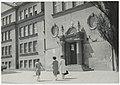 Ignacy Płażewski, Wejście do budynku IX Liceum Ogólnokształcące przy ul. Przyszkole 42 w Łodzi, I-4710-8.jpg