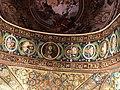 Italie, Ravenne, basilique San Vitale, mosaïque de l'intrados du grand arc montrant le Christ au centre et des médaillons d'apôtres et de saints de part et d'autre (48087121632).jpg