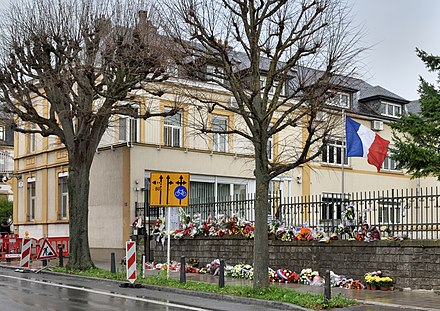 Flower tributes outside the French Embassy in Luxembourg City Je suis Paris Luxembourg-ville 2015 large.jpg