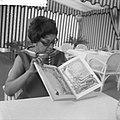 Josephine Baker in Kasteel Les Milandes J. B. met boek van Piet Worms, Bestanddeelnr 912-6491.jpg
