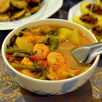 English: Kaeng som kung (Thai script: แกงสมกุ้...