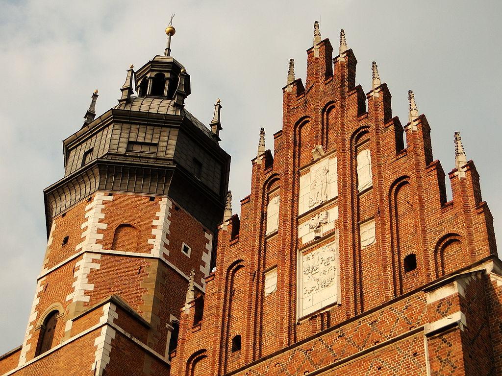 Clocher et façade gothique de la basilique Corpus Santi de Cracovie. Photo de Mateusz Giełczyński.