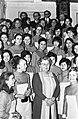 Koningin Juliana ontvangt hostesses voor het Nederlands paviljoen op wereldtento, Bestanddeelnr 923-2975.jpg