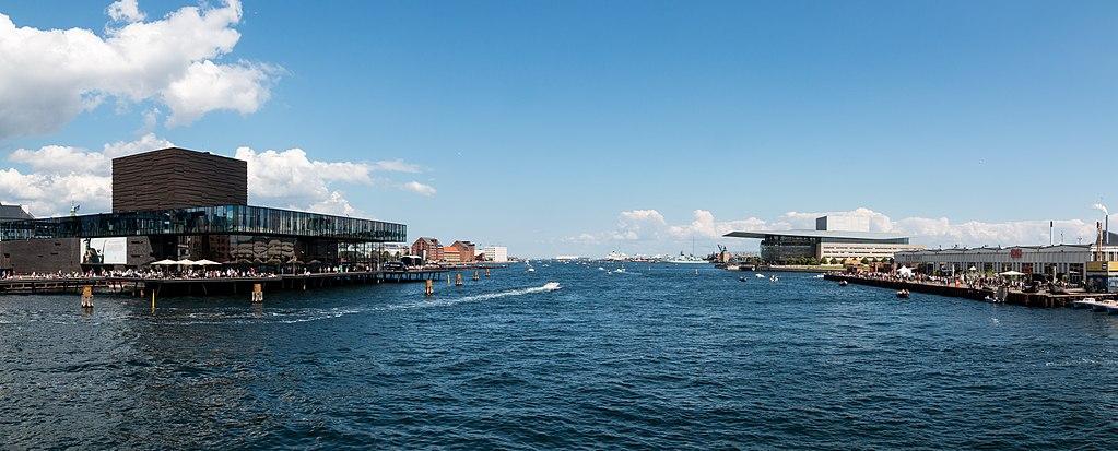 """Vue sur le port de Copenhague - Photo de Dietmar Rabich / Wikimedia Commons / """"Kopenhagen (DK), Innenhafen -- 2017 -- 1527-8"""" / CC BY-SA 4.0"""