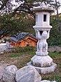 Korea-Naksansa 2220-07 stone lantern.JPG