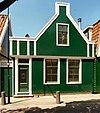 foto van Houten huis met aan de straat een puntgevel met zijpilasters