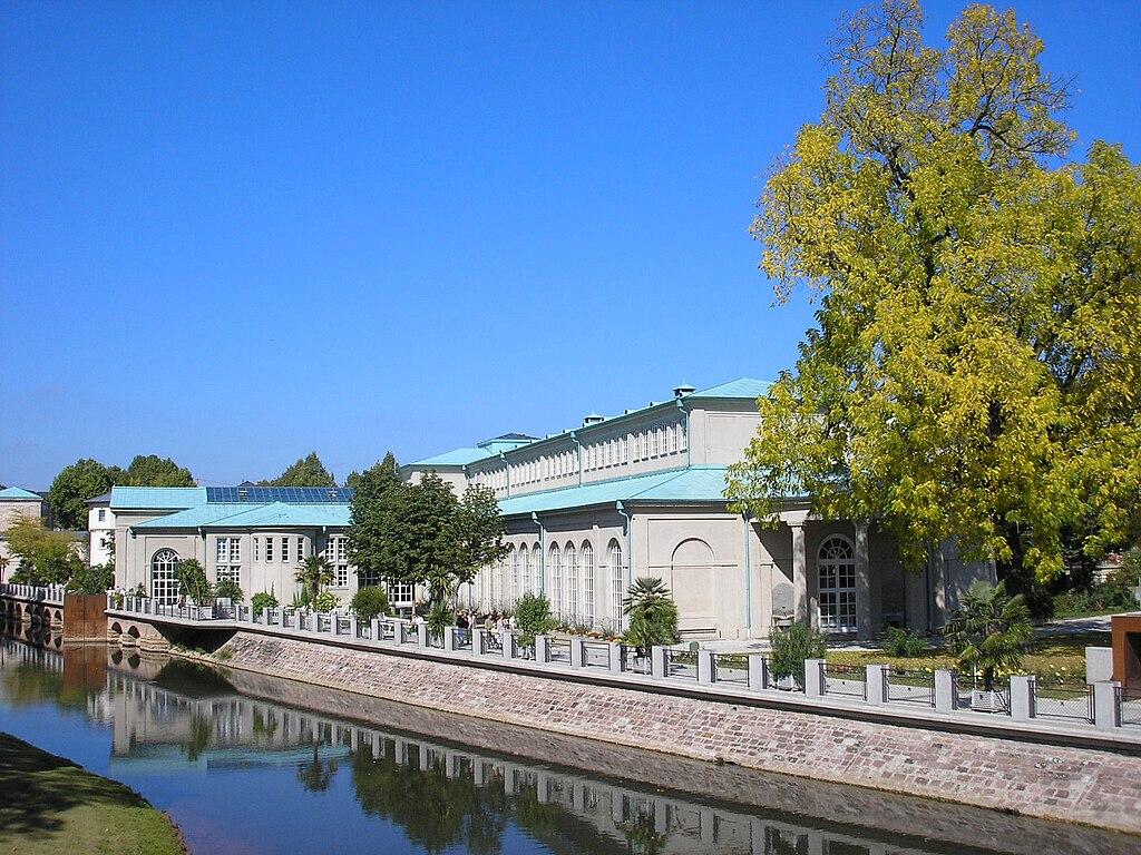Bad Kissingen: Blick nordwärts auf Fränkische Saale und Wandelhalle mit Brunnenhalle