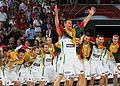 La selección de Lituania celebra su tercer puesto en el Mundial de baloncesto 2010.jpg