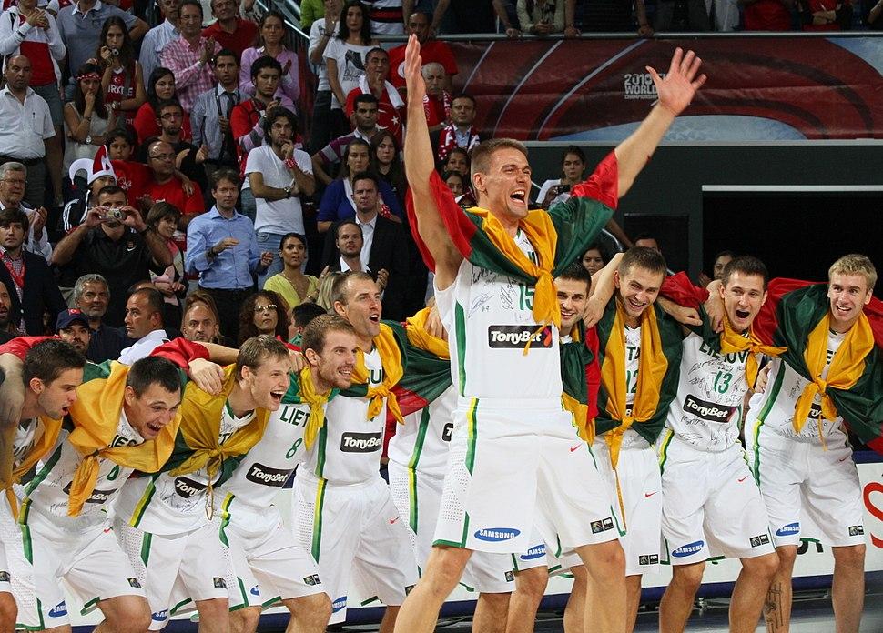 La selección de Lituania celebra su tercer puesto en el Mundial de baloncesto 2010