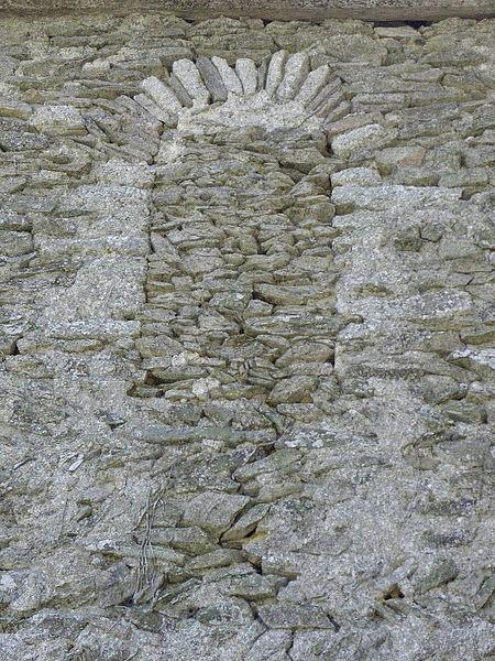 Fenêtre romane obstruée de l'église Saint-Loup du Lou-du-Lac (35).
