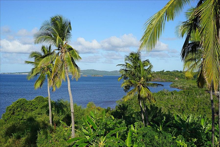 Le lagon de Mayotte avec au fond, Petite-Terre