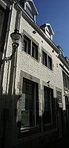 foto van Huis met lijstgevel; omblokte vensters, waaruit de kruisen verdwenen zijn, en omblokte tweelichtvensters.