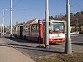 Malovanka, dočasná autobusová zastávka, stojící autobus, z profilu.jpg
