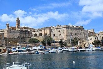 Fortifications of Senglea - Image: Malta Senglea Triq il 31 ta' Marzu + Saint Anne Gate + Fort Saint Michael 02 ies