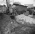 Man staand tussen de keet en de distilleerketel, Bestanddeelnr 252-9477.jpg