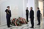 Marszałkowie Sejmu i Senatu składają wieńce pod tablicą ku czci Prezydenta RP Lecha Kaczyńskiego.jpg