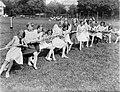 Meisjes zijn aan het touwtrekken op het terrein van de ijsclub, Bestanddeelnr 252-0628.jpg