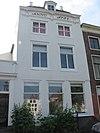 foto van Huis met rechte gevel en met pirons bekroond schilddak