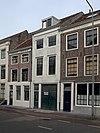 foto van Huis met eenvoudige geverfde lijstgevel