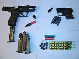Schreckschusspistolen Walther P99 (l.) und Röhm Mod. 3S (r.), Patronen (blau = CN, gelb = CS, rot = Pfeffer und sonstige Reizstoffe, grün = Platz) und Signalmunition (Bild Wikipedia, Radic, GNU Free Documentation License.)
