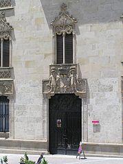 Palacio de la Marquesa de Cartago. Puerta con dintel decorado.jpg