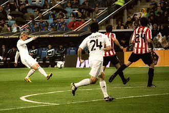 Guti (footballer) - Guti executing a pass during a 2010 game against Athletic Bilbao