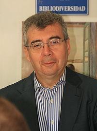 Pedro Montoliu firmando en la Feria del Libro (30 de mayo de 2010, Madrid) 02 (cropped).JPG